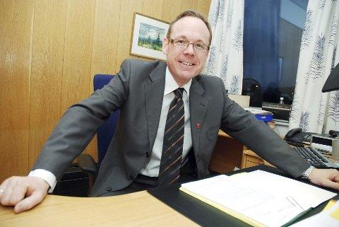 FOR MYE DELEGERES TIL DENNE MANNEN: Kommunestyremedlem Hans Kristian Arnkværn mener for mange saker delegeres til  rådmannen  i Ringsaker, Jørn Strand (bildet).