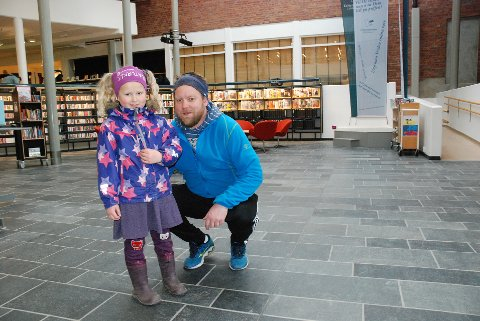 SNART FØRSTEKLASSING: Eiril Granlien Røyne er den eneste som skal starte i førsteklasse til høsten fra Askeladden barnehage. Sammen med Magnar Johansen fra barnehagen, deltok hun på Boklek i Lillehammer bibliotek mandag.