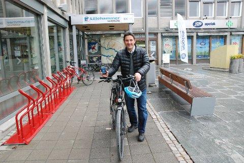 SYKKEL-APP: Folkehelsekoordinator Bengt Fjeldbraaten vil ha folk ut på sykkel.Foto: Karin Doseth