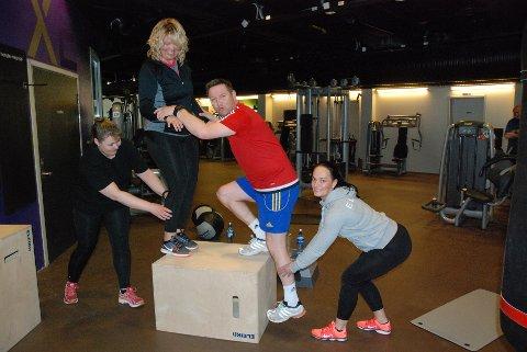 REAL LAGINNSATS: Inger Lise Hauklien og Frank Myhren hjelper hverandre med beinstyrkeøvelser. Lisbeth Berntsen Grandalen (t.v.) og personlig trener Jannicke Haugen backer opp.