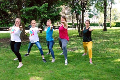 – KOM OG BLI MED: Birgitte Senstad, Elisabeth Blomberg, Astrid Rieber-Mohn, Marita Hunder og Thale Øfsteng demonstrerer «krigerposisjonen» og inviterer alle på yoga Søndre park hver onsdag gjennom hele sommeren. Helt gratis.Foto: Karin Doseth