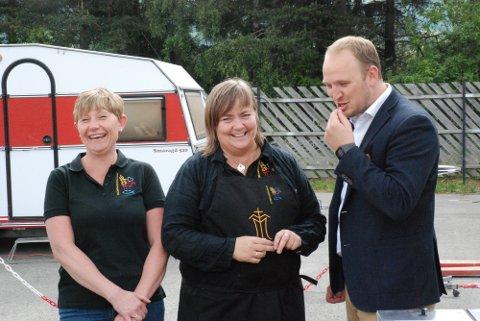 Landbruksminister Jon Georg Dale fant tonen med Annette Svastuen og Marianne Stensgård fra Gudbrandsdalsmat.