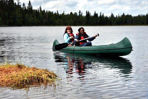 Camp: Kano var en utfordring, men med god hjelp fra guide Anne Katrine Fossum gikk det greit. Claudia Njoki (19) fra Kenya hadde gitt opp drømmen om å komme på besøk i Norge. Så gikk den likevel i oppfyllelse.Alle foto: Einar Lyngar