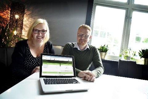 Enklere hverdag: Koordinator Laila Fjellseth ved Frivilligsentralen på Vinstra sammen med prosjektleder Markus Bekken i Abaris Consulting As.