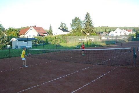 – ARTIG: Synes Trygve (t.v.) og Lars, som av og til spiller tennis på Suttestad Vels baner. Oppe til venstre ligger basketballbanen.