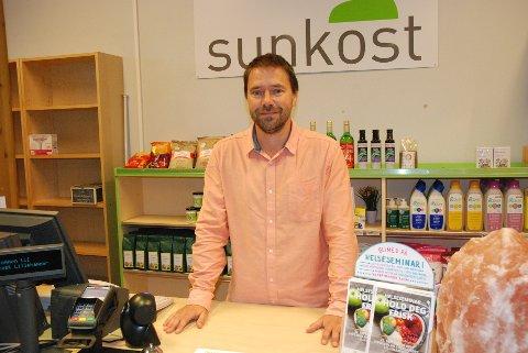Erlend Falck i Sunkost Rosenlund takker for alle hyggelig kundemøter gjennom åtte år. Nå legges butikken ned.