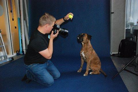 – SMIL TIL FOTOGRAFEN: Daniel Nordby i Glis Studio på Fabrikken, her med Bokseren Mack som skal portretteres på lik linje med andre familiemedlemmer.