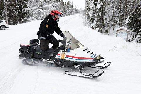 Politiet i Brumunddal Bruker snøscooter for å ta seg fram i søkeområdet. Ifølge politiet har de ikke funnet flere spor, og ingen er mistenkt etter at Janne Jemtland forsvant i romjulen. Foto: Tore Meek / NTB scanpix
