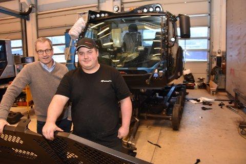 NY: Mekaniker Kristoffer Stormyr sammen med Helge Borud foran den nye moderne løypeleggeren som skal til Spidsbergseter på Venabygdsfjellet om noen dager.