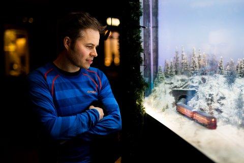 Martin Farstad Jenssen (38) jobber til daglig som lærer i geografi og historie på Lillehammer videregående skole. På fritiden bygger han modelljernbane. Det gjør han så bra at Steen & Strøm i Oslo valgte å hente inn 38-åringen for å lage sin juleutstilling.
