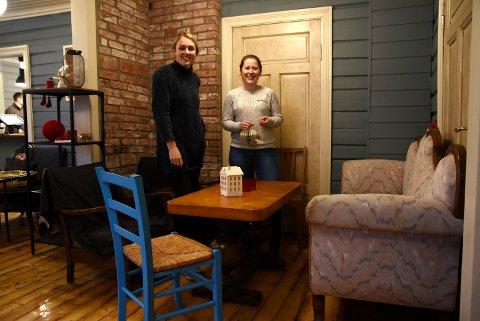 HEVER LANDSBYEN: Daglig leder Silje Flatmoen og nyansatte Bente Andersen åpner tirsdag den nye kafeen Hev i Ringebu.