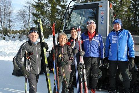 Håkon Haugen, Kari Avlund og  Oddbjørn Skogen (t.v.) er klare for årets høydepunkt i skisporet på søndag. Håkon og Oddbjørn går for 40. gang, Kari for 39. gang. Til høyre Johs Harviken og Jens Harald Fossheim.