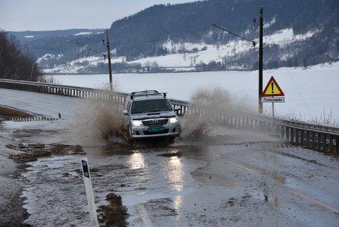 FLOM: Det dannet seg en innsjø på Fv 213 ved Velang gård torsdag morgen.