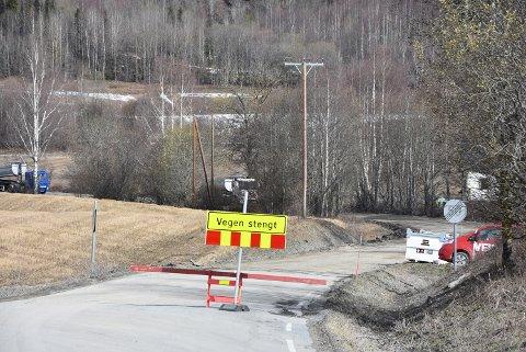 STENGT: Vegen er stengt fra Rudshøgda forbi Løkedalskrysset mot Rudshøgda grustak.