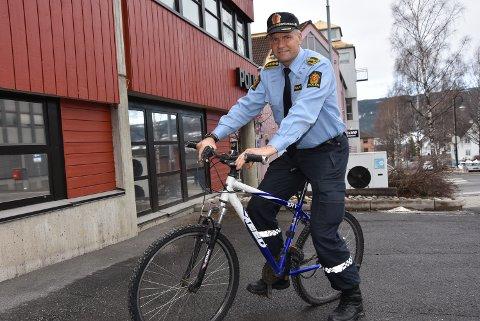 SYKLER: Den nye politisjefen Terje Krogstad  er selv en habil syklist, og skal selge 50 sykler under auksjonen.