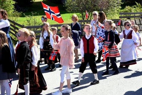 1. klassingene Magnus Ødegård og Johanne Løsnesløkken på Fåvang har ventet lenge på å få gå i skoletoget. Endelig var dagen her.