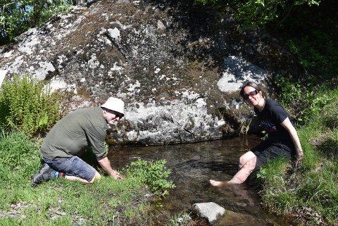 HELLIG: De smakte på og vasket bena i hellig vann, pilgrimene Frode Wathne og Trine Harsvik.