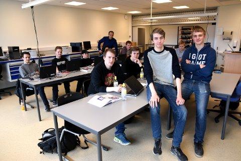 Eskil Stensæter og Erland Andersen er to av elevene ved elektrolinja på Vinstra som nå må finne seg videre skoleplass et annet sted.