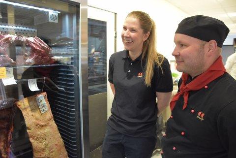 MODNING: Ferskvaresjef Arne Martin Solberg sammen med butikksjef Camilla Hansen foran modningsskapet der kundene kan be om få få modnet kjøttet sitt.