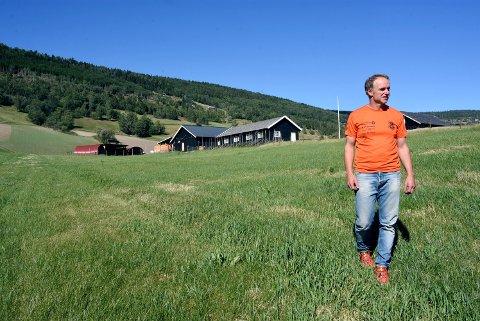 Jordene hos garbruker Jo Kjorstad på Harpefoss er knusktørre. Han har aldri tidligere opplevd en tørkeperiode som dette.