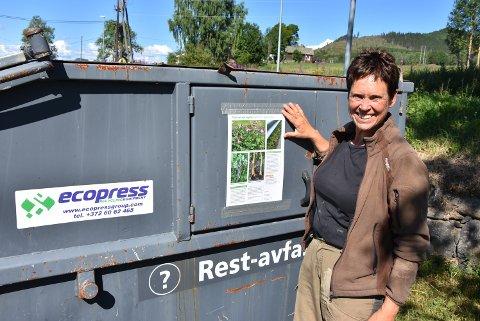 Marit Fougner er blant dem som står i spissen for Kjempespringfrøgruppa i Gausdal. Hun har brukt over 100.000 kroner til å bekjempe planten med plukking og sprøyting.