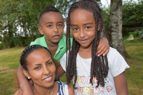 GLAD: Wegata sammen med barna Naod (4) og Naomi (6) er overlykkelig over at hun klarte eksamen og kan komme i fast arbeid.