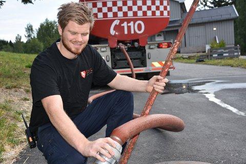 VANN: Joachim Sandnes kjørte fem turer med  vann tirsdag.