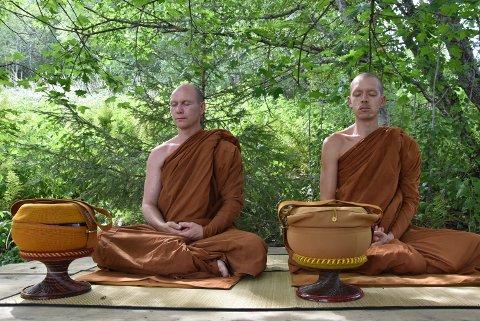 MEDITERER: Ajahn og  Ajito og Ajahn Titthmedo mediterer med utsikit mot Mjøsa.