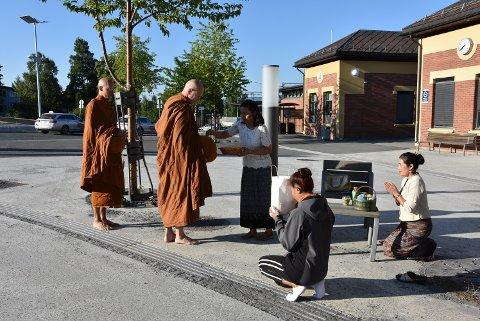 ALMISSER: Supawadee Evjen, Bunliang.K.Skiaker og Aree.Y. Trøen overleverer sine almisser til munkene.