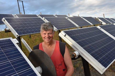 FORNØYD: Nå tjener Helge Hvoslef på solcelleparken sin, og kan smile fornøyd etter en solrik sommer.