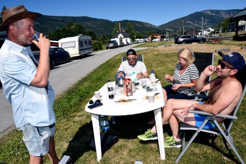 Terje Kleppe, Olav Tingnes, Anne Holten og Terje Kjønnøy fra Kristiansund  hadde funnet seg vel til rette i countrykøen på Vinstra onsdag.
