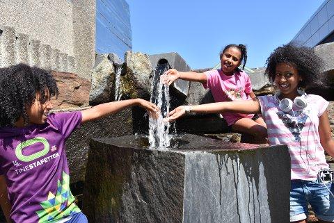 TRYGT: Vi er glade i vann, og nå skal Bizen (13) og Laza (11) sørge for at også åtte år gamle Khonet skal bli trygg i vannet.