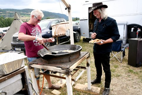 Olav Geir Slettvold varter opp med egg og bacon i stekepanna han og broren Petter Slettvold har mekket selv. Anledningen er Countyrfestival på Vinstra.