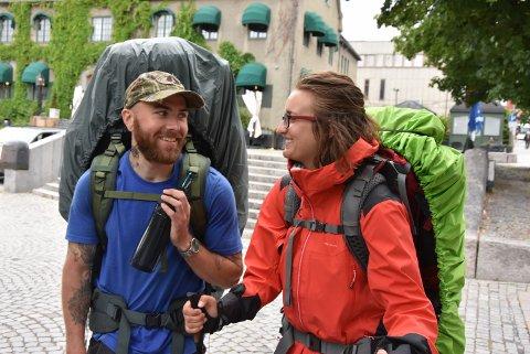 LANGT IGJEN: Over 300 km igjen, men pilegrimene Tereza Bystronova og Christian Høisen er  ved godt mot.