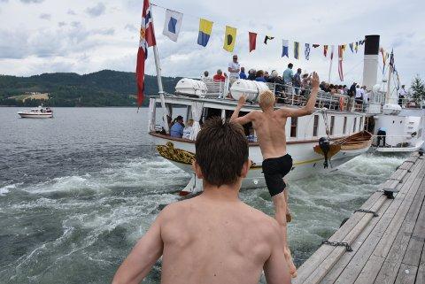 Andreas og Anders har funnet det rette øyeblikk for å kaste seg ut bak båten.