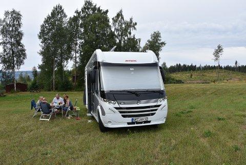 ALENE: De satt alene på den store campingplassen på Brøttum, og trodde ikke det var sant.