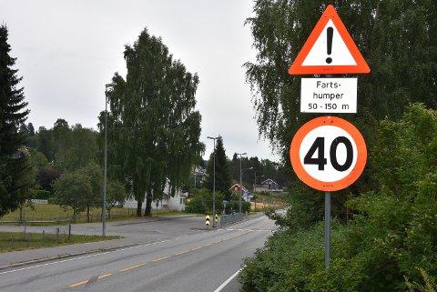 UNØDVENDIG: Det er fortsatt 40 kmt fartsgrense forbi skolen som ble nedlagt i fjor høst.