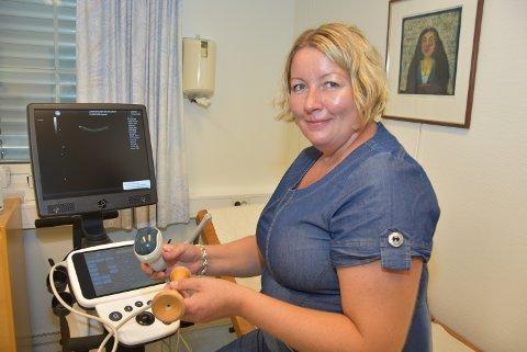 Jordmor Anne-Kristine Stubberud roper er varsku ut mot at mor må forlate barnet før ammeperioden er over.