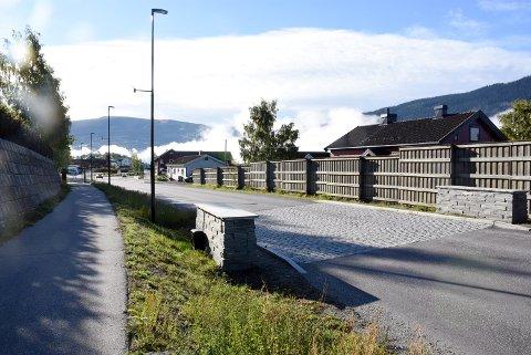 Brusteinfelt lagt på gamle E6 i Sør-Fron har blitt til besvær for naboene som forstyrres av rumlelyder dag og natt.