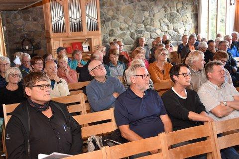 FULLT: Kirka var nesten full under årsmøtet til velforeningen som dekker Aksjøen , Elgåsen og Kuåsen.