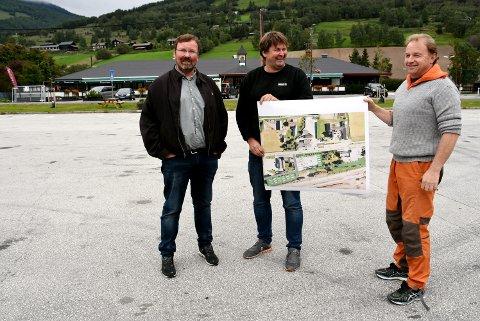 BOBILPARK: Kvamværene Ole Kristian Rudland, Bjarne Weikle og Fredrik Weikle vil etablere bobilpark ved Sinclair i Kvam. Nå får de støtte fra kommunen.