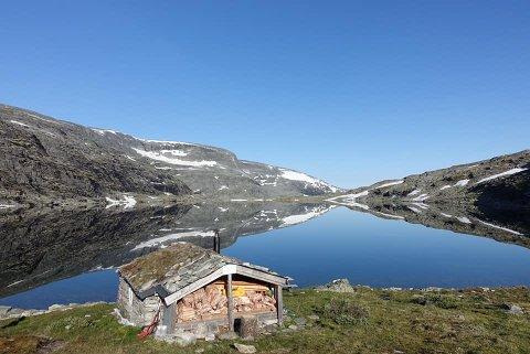 Lonnechenbua omtales som DNTs minste selvbetjente hytte. Ligger i Dovrefjell og Sunndalsfjella nasjonalpark.