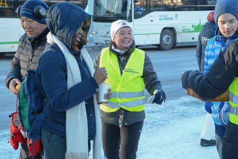 POSITIVT: Stine Fredriksen (i gul vest) fra Opplandstrafikk opplevde at busspassasjerene var positive til informasjonen om ny reise-app.