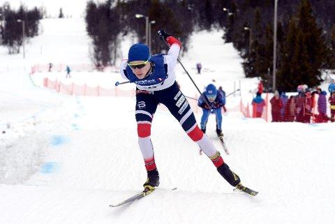 Andreas Ottesen, Gausdal Skilag, er her fortsatt i tet i kombicrossen, men Johan Fredriksen Orset, Torvikbukt IL, jakter like bak...