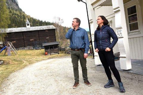 Ole Muriteigen og Mari Elise Sveipe foreller at det var en skikkelig drønn fra raset som gikk ovenfor gardene deres mandag kveld.