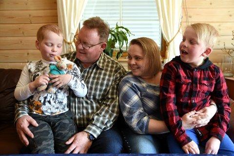 Adrian (9) og Aksel (6) Berntsen fra Sør-Fron er rammet av en svært sjelden sykdom. Det fører til at sykdommer som meslinger kan være livstruende for dem. Mamma Tone og pappa Arild kommer med en innstendig oppfordring til alle - ta vaksine!