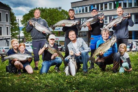 STORFISK: Deltakere med de største fiskene og mest premierte i Mjøsa Ørretfestival sist helg.