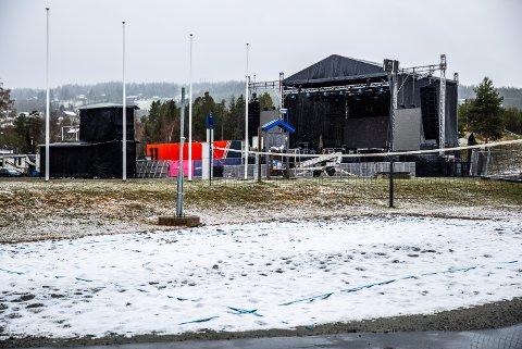 Snøvær dagen før russetreffet starter på Birkebeinerstadion.