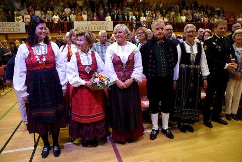 - Helt fantastisk, sa dronning Sonja etter å ha opplevd meisterkonserten under Landskappleiken i Vågå søndag. Ordfører Iselin Vistekleiven og styreleder i Folkorg, Hilde Reitan, satte stor pris på besøket.