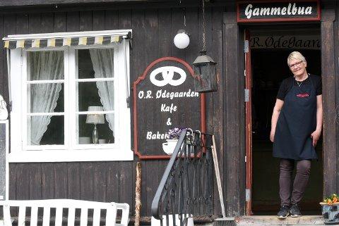 Gammelbua i Kvam, stedet Ødegaarden Bakeri på Vinstra åpnet i 2013. Mai-Britt Øybrekken ønsker velkommen inn.